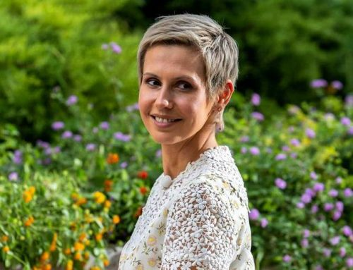 Asma Assad sorridente in tv: «Ho superato il tumore al seno»