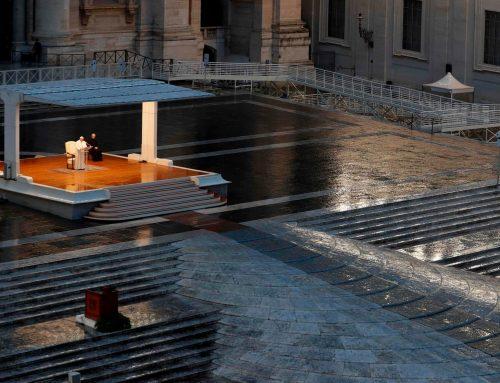 """Papa prega nella piazza deserta: """"Signore non lasciarci in balia della tempesta"""""""